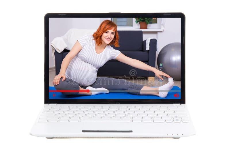 Video blogger som talar om havandeskap och sport på skärmen av varven royaltyfri bild