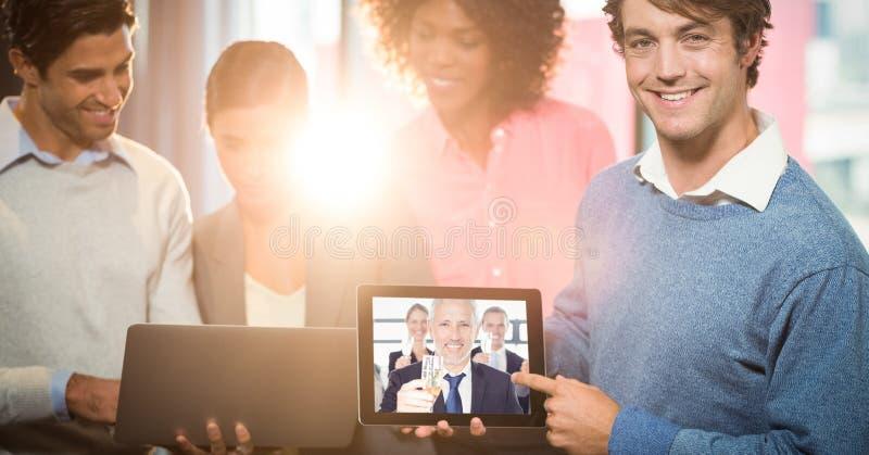 Video comunicazione casuale dell'uomo d'affari con i colleghi che tengono i vetri del champagne fotografie stock
