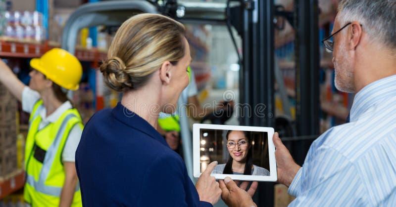Video comunicazione della donna e dell'uomo con il collega fotografia stock libera da diritti