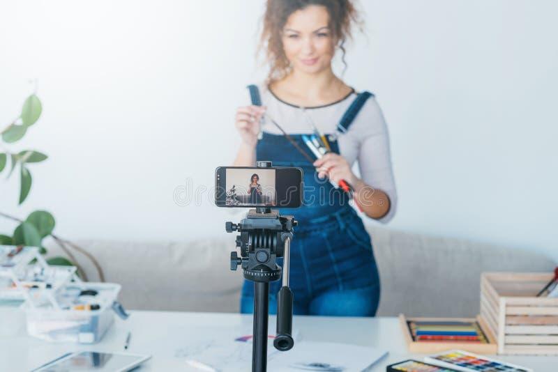 Video dell'annotazione di blogger di promozione dei rifornimenti di arte immagine stock