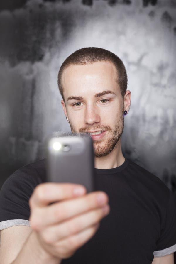 Video della registrazione dell'uomo con lo smartphone fotografia stock