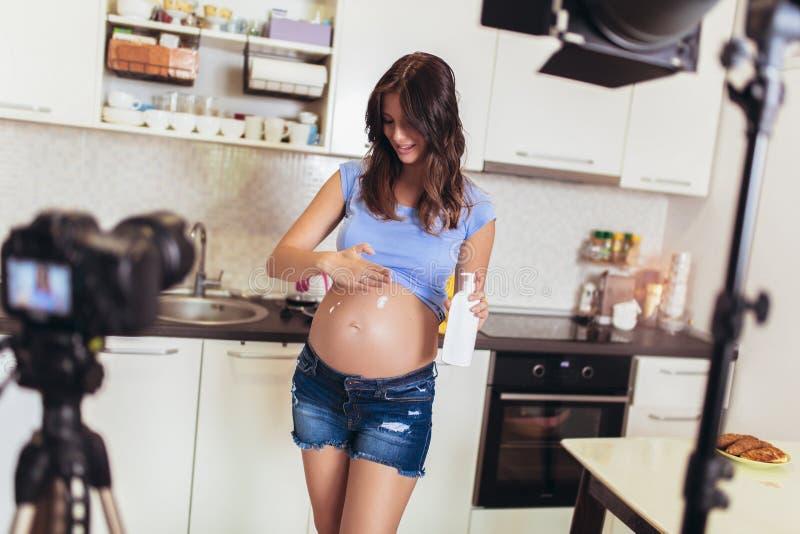 Video della registrazione della donna incinta per il blog e il vlog fotografia stock libera da diritti