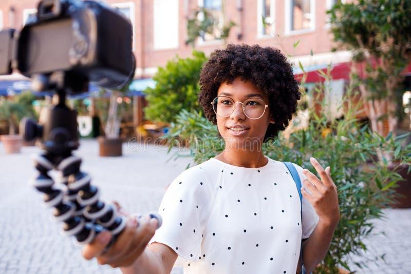 Video di registrazione del vlogger femminile fotografia stock