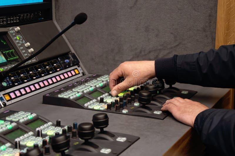 Video direktör på den redigerande kontrollbordet, levande TV-sändning, levande TV-sändning arkivfoto