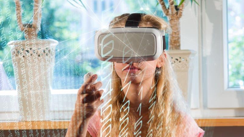 Video dobbel för tonårig flickavr, virtuell verklighetvärld arkivbilder