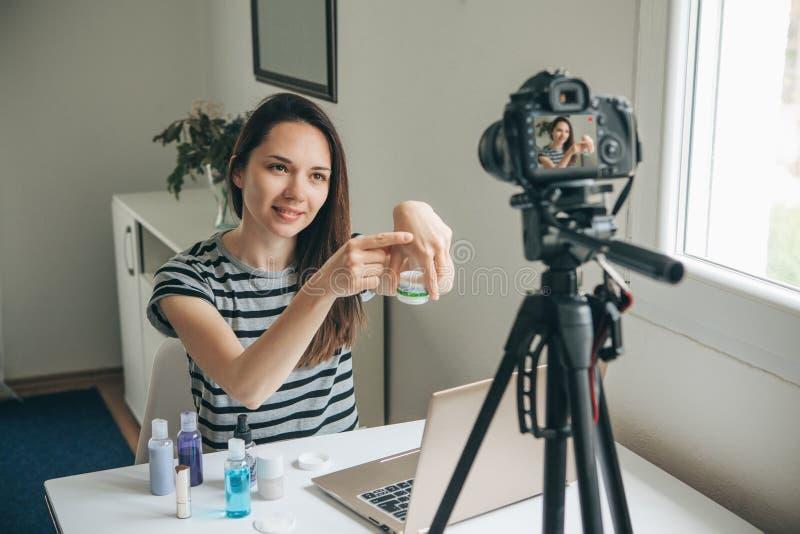 Video för flickavideobloggerrekord arkivfoto