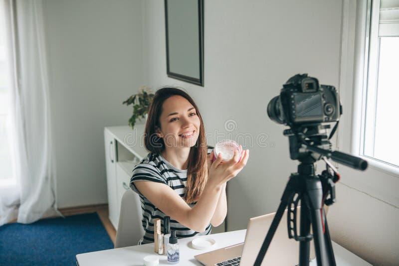 Video för flickavideobloggerrekord royaltyfri bild