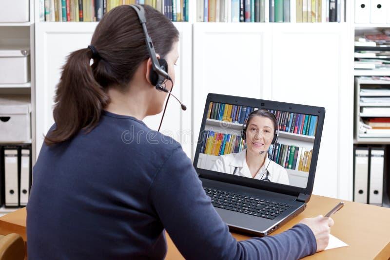 Video het praatje van de vrouwenhoofdtelefoon arts royalty-vrije stock foto's