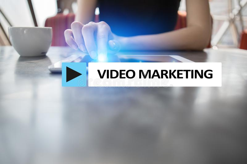 Video marketing, reclameconcept op het virtuele scherm royalty-vrije stock fotografie