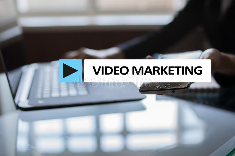 Video marketing, reclameconcept op het virtuele scherm stock fotografie