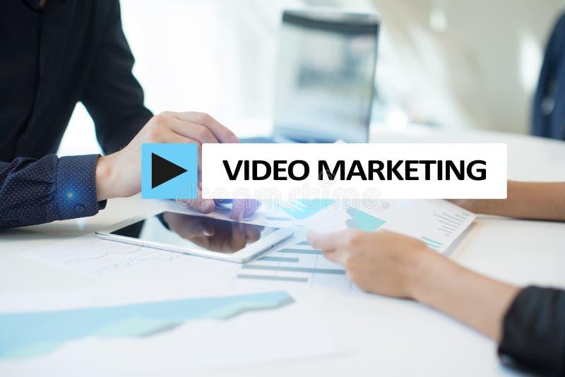 Video marknadsföring, advertizingbegrepp på den faktiska skärmen royaltyfri foto