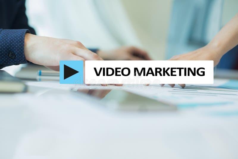 Video marknadsföring, advertizingbegrepp på den faktiska skärmen royaltyfria foton