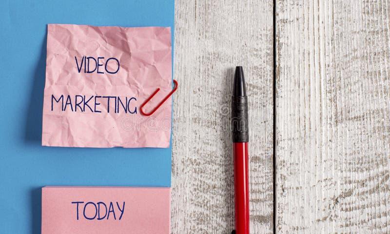 Video marknadsf?ring f?r handskrifttext Begreppet som betyder att skapa korta video om specifika ämnen som använder artiklar, ryn royaltyfria foton