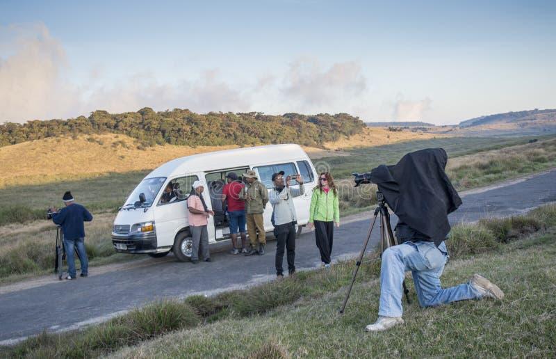 Video operatori nel corso della fabbricazione del tiro per il video documentario immagini stock