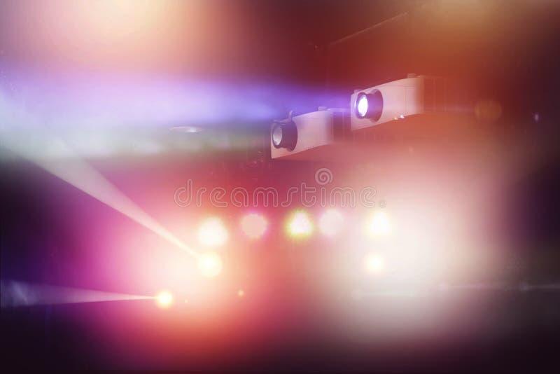 Video projektor i nattklubb och färgrikt ljus royaltyfria foton