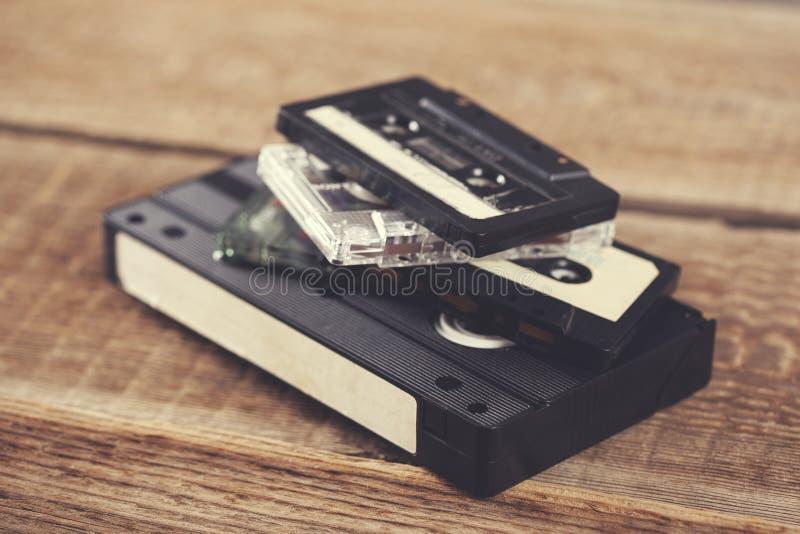 Video und Musikkassette auf Tabelle stockbilder