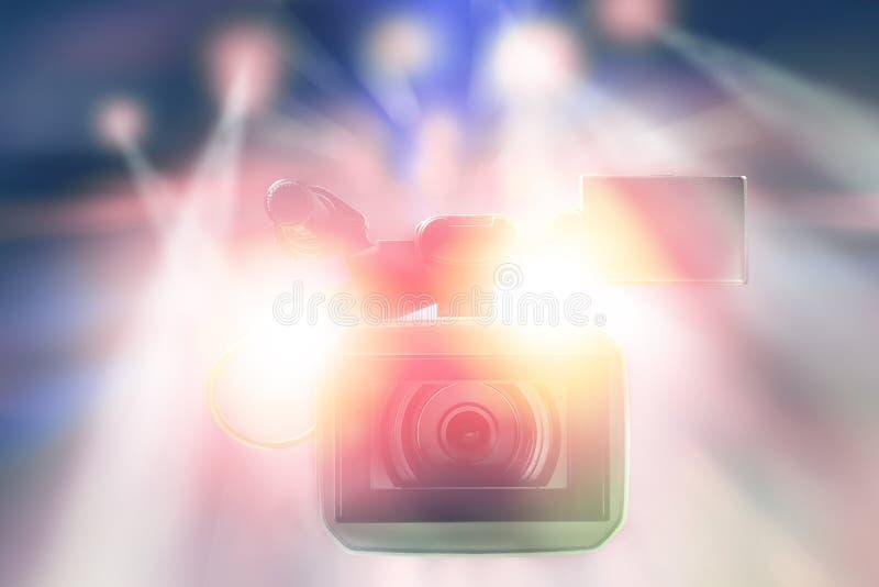 Video videocamera portatile professionale in studio con le luci vaghe immagine stock