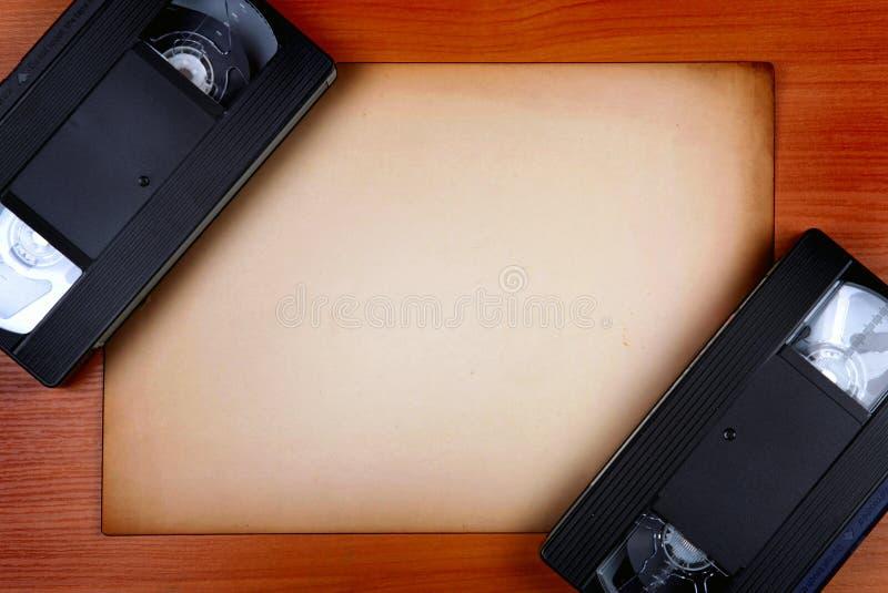 Videobänder und leeres Papier stockfoto
