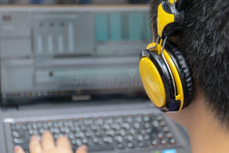 Videobearbeitung, hintere Ansicht des jungen Mannes unter Verwendung der Computer-Software und stockbilder