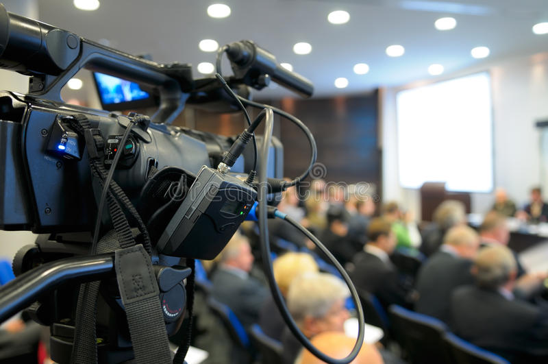 Videocámara de la TV en una conferencia. imagen de archivo