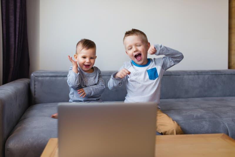 videocalling的观点的激动的男孩 免版税库存照片