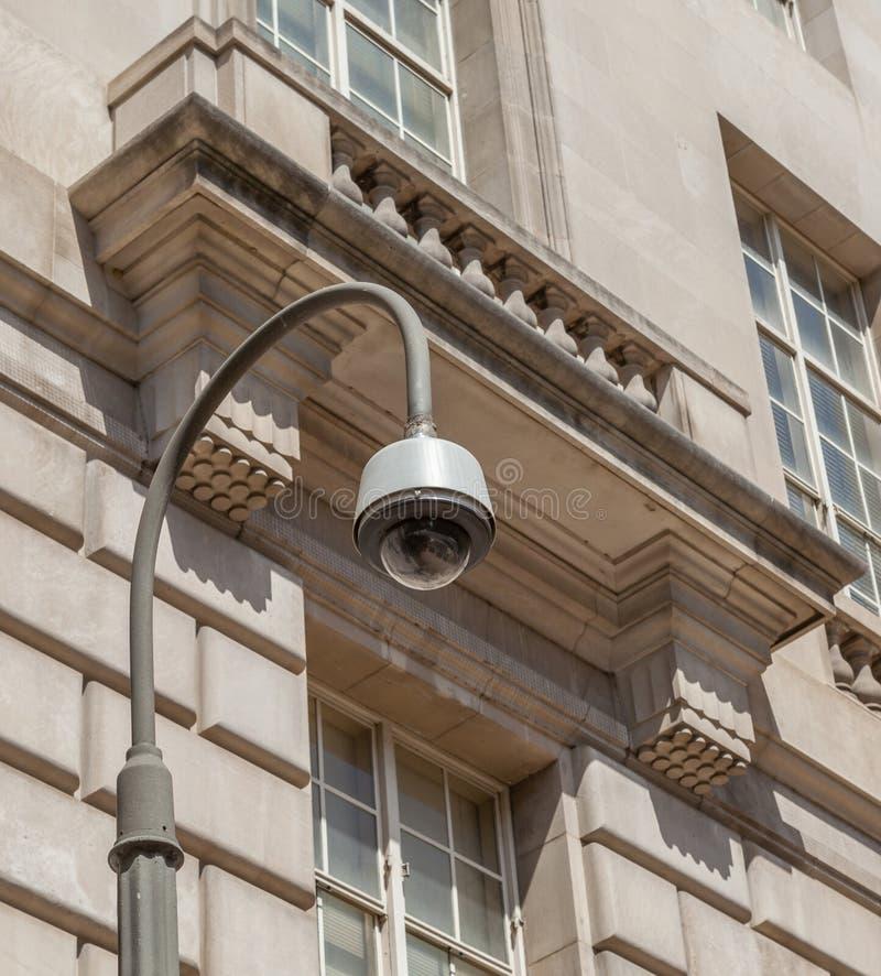 Videocamera di sicurezza, CCTV davanti alla costruzione del cemento bianco fotografia stock libera da diritti