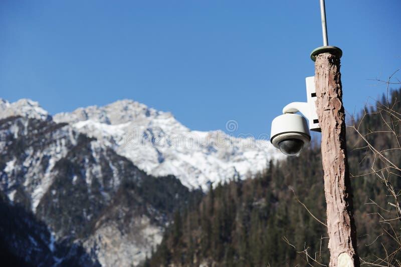 Videocamera di sicurezza con la montagna della neve immagini stock