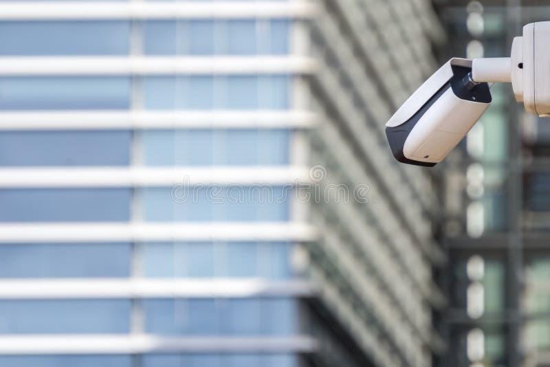 Videocamera di sicurezza del CCTV sulla parete della costruzione in grattacielo anteriore fotografia stock
