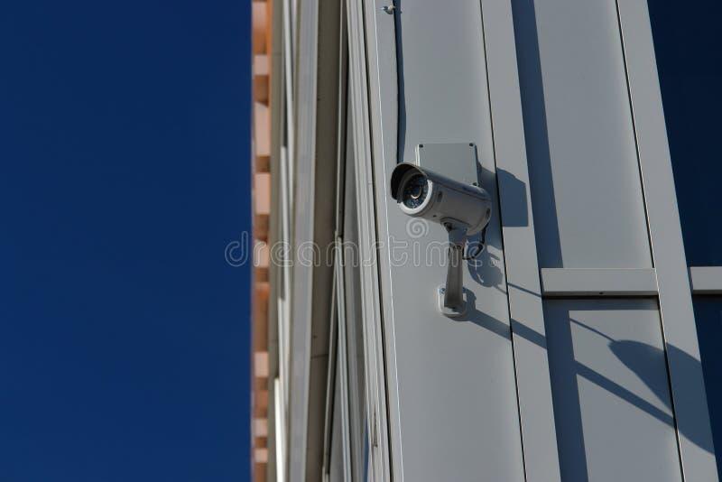 Videocamera di sicurezza del CCTV sulla parete fuori fotografie stock libere da diritti