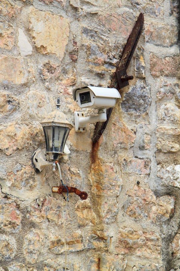 Videocamera di sicurezza del CCTV sulla parete di pietra antica fotografia stock libera da diritti