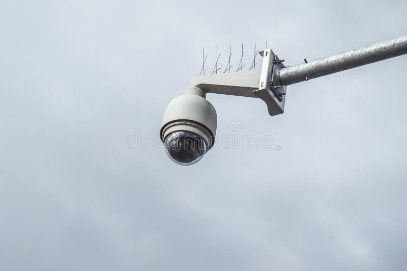 videocamera di sicurezza della cupola per sorveglianza in all'aperto immagini stock