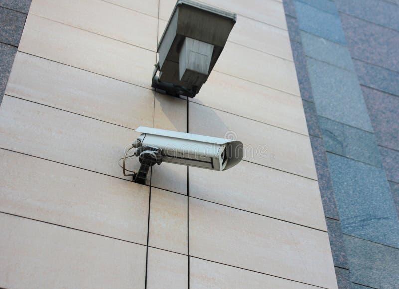 Videocamera di sicurezza Fondo dello stucco fotografia stock