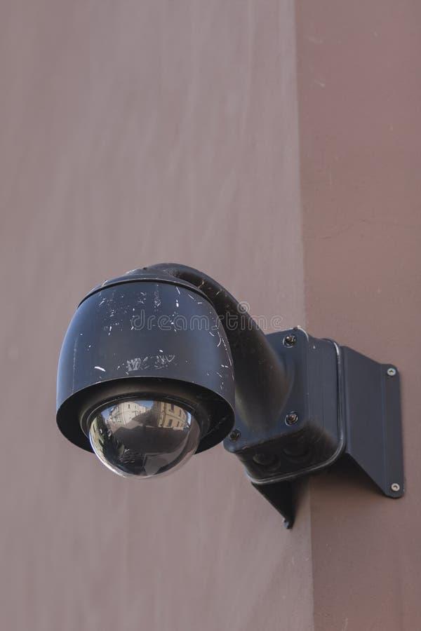 Videocamera di sicurezza sopraelevata del CCTV di sorveglianza fotografia stock libera da diritti
