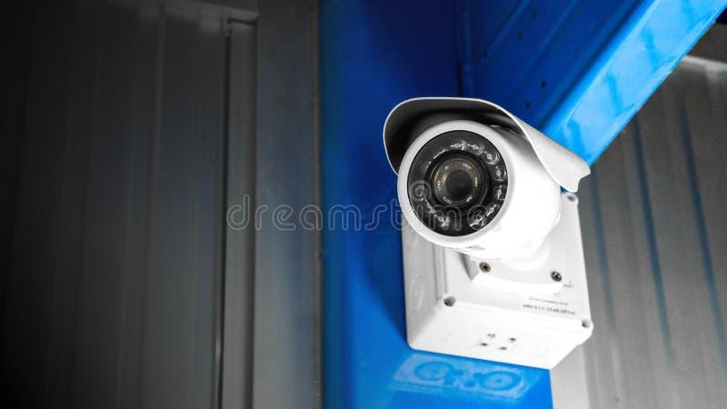 Videocamera di sicurezza di sorveglianza del CCTV dentro della costruzione della fabbrica per il controllo di area di sistema di  immagine stock