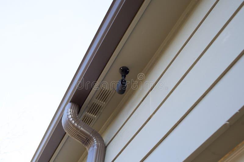 Videocamera di sicurezza su una casa fotografie stock