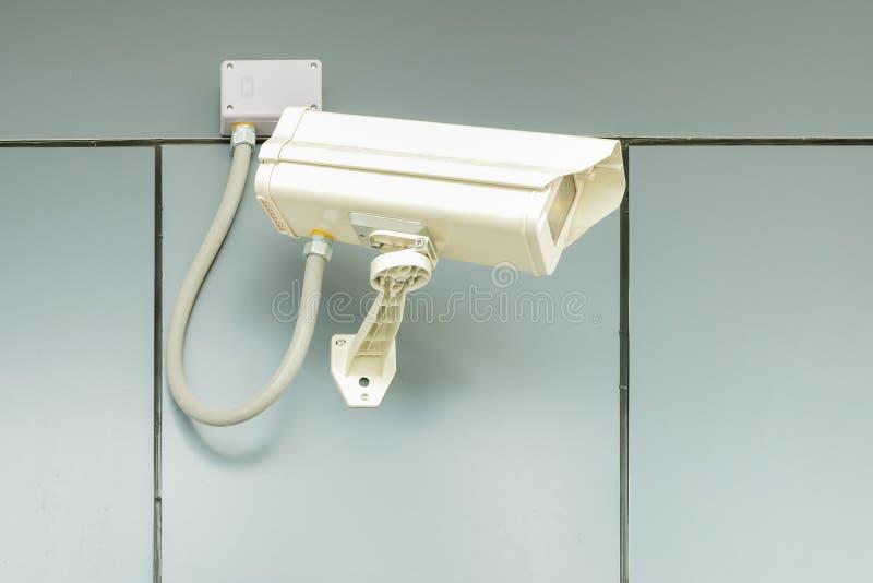 Videocamera di sicurezza sulla parete domestica, protezione del cctv della proprietà privata fotografia stock