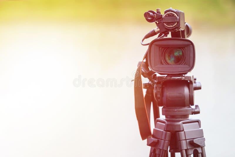 Videocamera digitale professionale Messa a punto e lavoro all'aperto fotografia stock