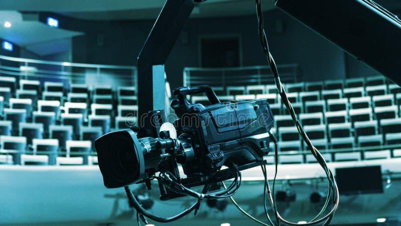 Videocamera op kraan die gebeurtenis en overleg behandelen royalty-vrije stock afbeelding