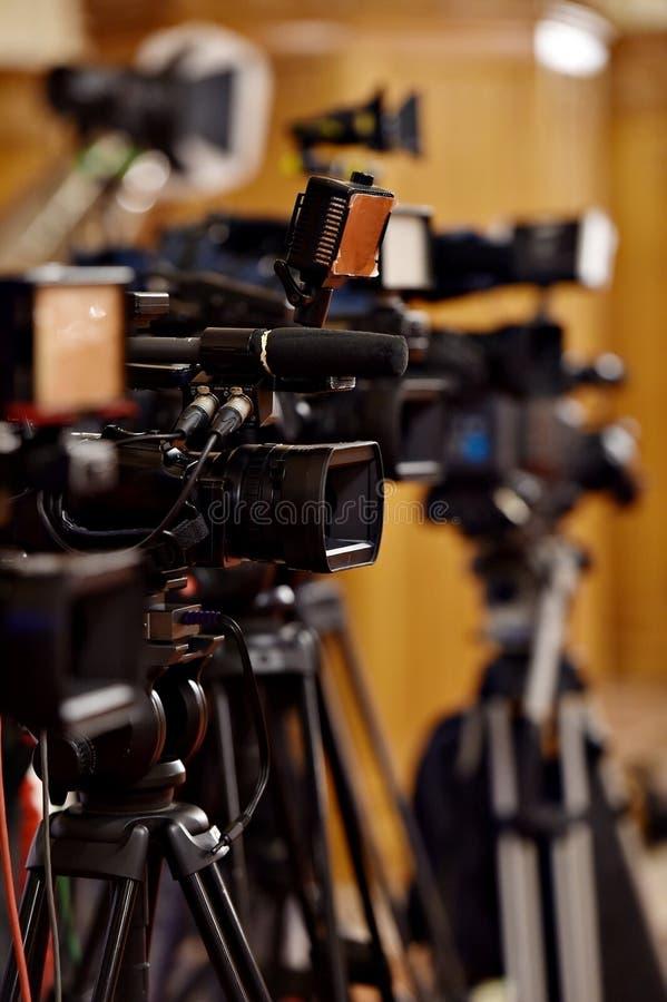 Videocamera's bij persconferentie stock afbeeldingen