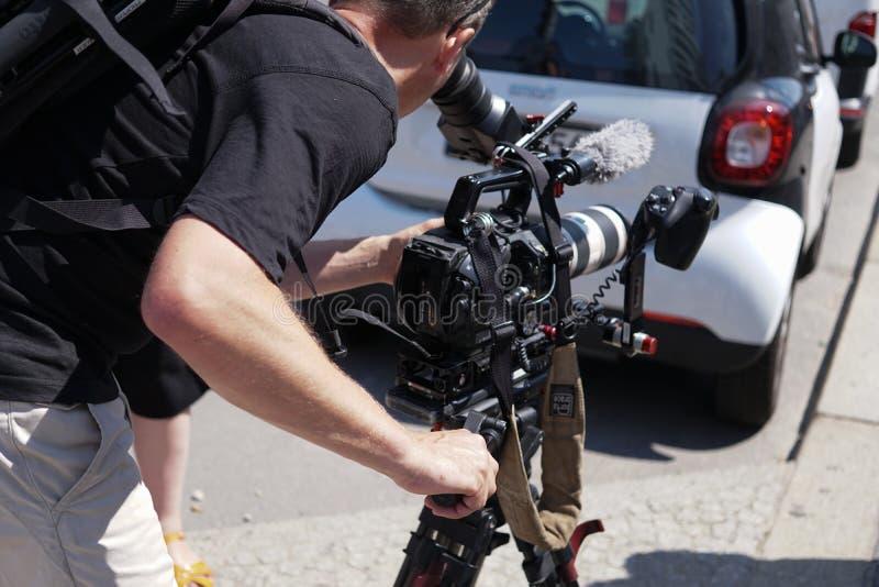 Videocameraexploitant op het werk, in openlucht stock foto's
