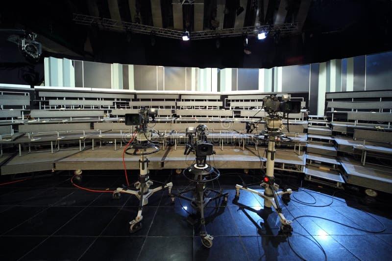 Videocamere professionali nello studio della televisione fotografia stock libera da diritti