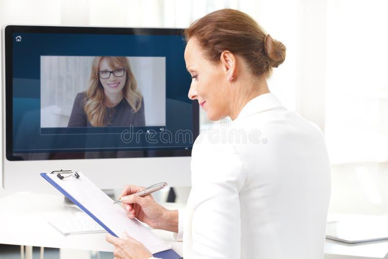 Videochat im Büro lizenzfreie stockfotos