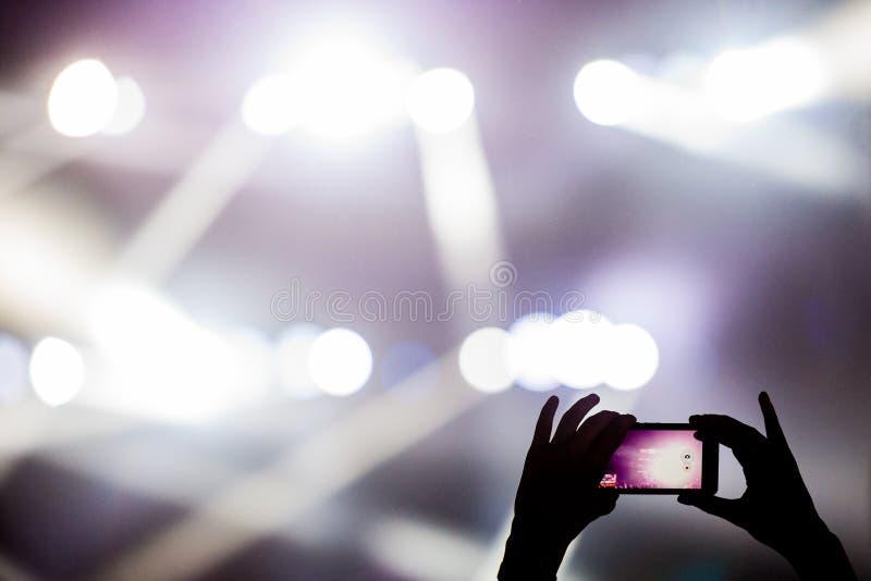 Videoclip del tiroteo con el teléfono móvil durante un concierto fotos de archivo libres de regalías