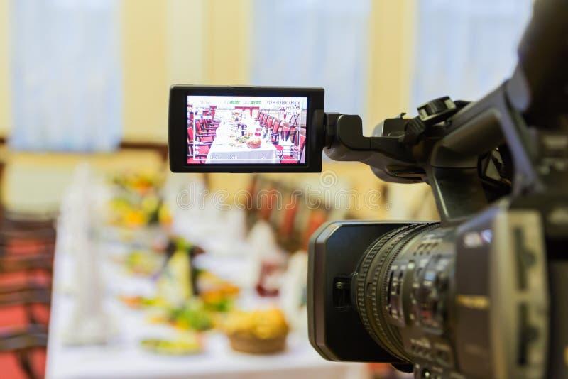 Videodreh an einem Restaurant an einem Bankett Kamerarecorder mit LCD-Anzeige stockfotos