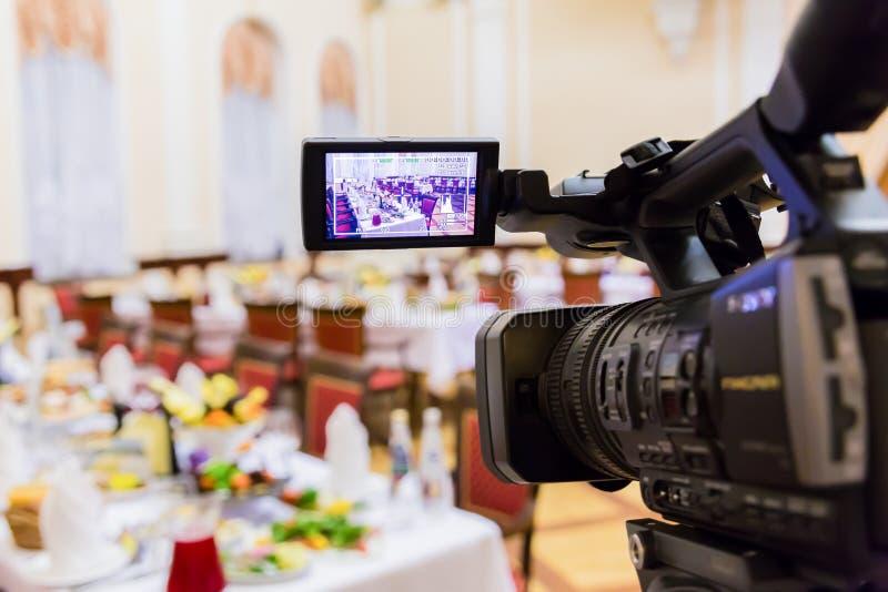 Videodreh an einem Restaurant an einem Bankett Kamerarecorder mit LCD-Anzeige stockbilder