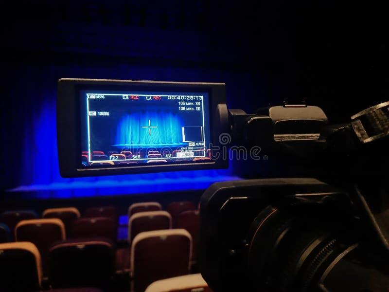 Videodreh im Theater Digital-Kamerarecorder mit LCD-Anzeige Leeres Auditorium Blauer Vorhang auf Stadium lizenzfreies stockfoto