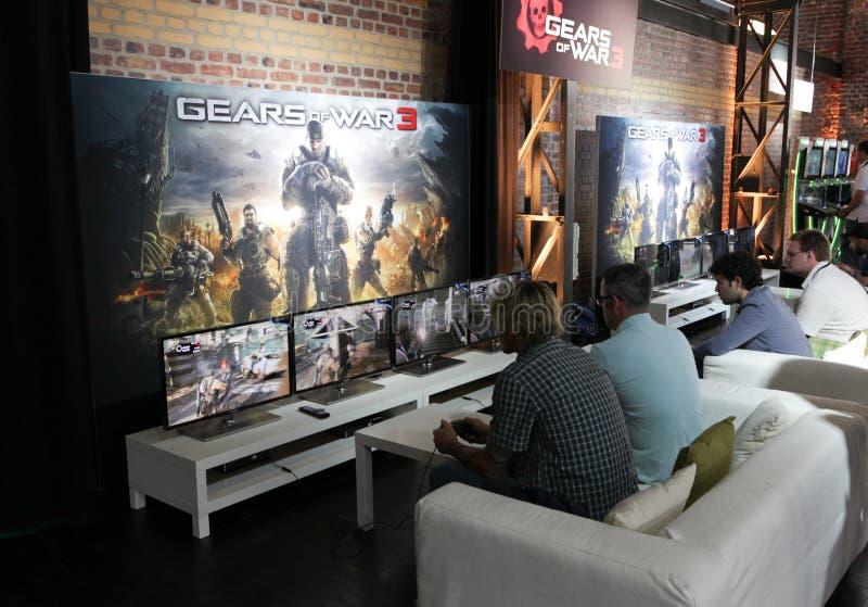 Videogamers und Gänge von Krieg 3 stockbild