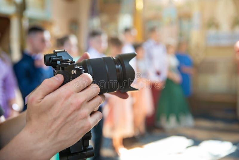 Videographer在工作,摄制礼仪事件在教会里 免版税图库摄影