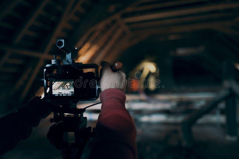Videographer работает на отчете стоковые изображения rf