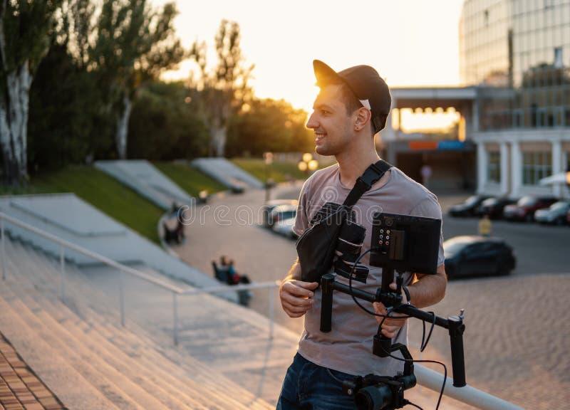 Videographer com equipamento vídeo, suspensão Cardan da linha central do steadicam 3 imagens de stock royalty free